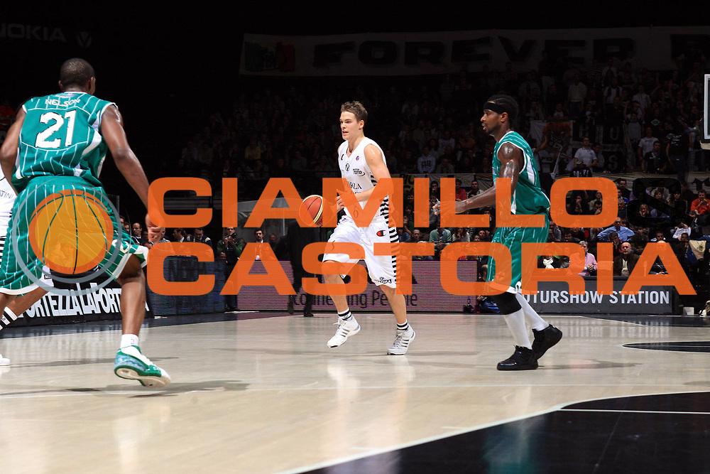DESCRIZIONE : Bologna Lega A 2009-10 Virtus Bologna Air Avellino<br />GIOCATORE : Petteri Koponen<br />SQUADRA : Virtus Bologna<br />EVENTO : Campionato Lega A 2009-2010<br />GARA : Virtus Bologna Air Avellino<br />DATA : 22/11/2009<br />CATEGORIA : palleggio<br />SPORT : Pallacanestro<br />AUTORE : Agenzia Ciamillo-Castoria/G.Livaldi<br />Galleria : Lega Basket A 2009-2010 <br />Fotonotizia : Bologna Campionato Italiano Lega A 2009-2010 Virtus Bologna Air Avellino<br />Predefinita :