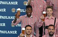 Fussball 1. Bundesliga 2014/2015 Fotoshooting FC Bayern Muenchen in Lederhosen fuer Paulaner      31.08.2014 David Alaba (li) und Michell Weiser mit Weissbier
