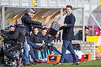 KERKRADE - 20-11-2016, Roda JC - AZ, Park Stad Limburg Stadion, 1-1, tijdens de wedstrijd waaien er spullen het veld op, Assistent trainer Dennis Haar brengt ze terug.