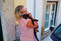 Portugal, Lisbonne, quartier Bairro Alto, femme avec un chat noir dans la rue // Portugal, Lisbon, Bairro alto, woman with a black cat in the street
