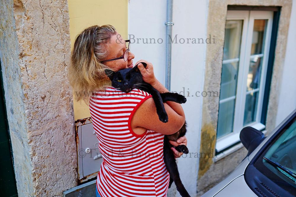Portugal, Lisbonne, quartier Bairro Alto, femme avec un chat noir dans la rue // Portugal, Lisbon, Bairro alto, woman with a black cat in the street