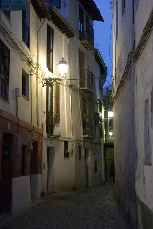 Narrow streets of Albayzin quarter at dusk. (Granada)<br /> <br /> Calles angostas del barrio de Albayz&iacute;n, al atardecer.
