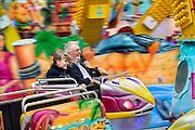 Nederland, Nijmegen, 3-10-2009Jong en oud,opa en kleinkind, hebben plezier op de Kermis. Octopus op Plein 44.Foto: Flip Franssen/Hollandse Hoogte