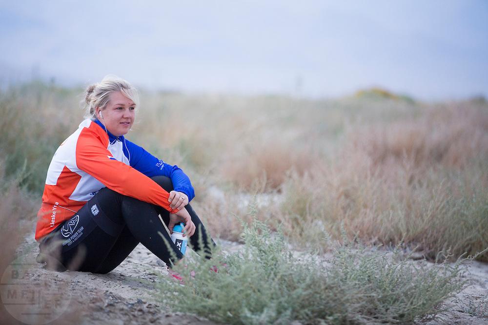 Lieske Yntema bereidt zich voor op de race. Op maandagochtend vinden de kwalificaties plaats. Het team slaagt er door valpartijen niet in om de rijders en de VeloX V te kwalificeren. Het Human Power Team Delft en Amsterdam (HPT), dat bestaat uit studenten van de TU Delft en de VU Amsterdam, is in Amerika om te proberen het record snelfietsen te verbreken. Momenteel zijn zij recordhouder, in 2013 reed Sebastiaan Bowier 133,78 km/h in de VeloX3. In Battle Mountain (Nevada) wordt ieder jaar de World Human Powered Speed Challenge gehouden. Tijdens deze wedstrijd wordt geprobeerd zo hard mogelijk te fietsen op pure menskracht. Ze halen snelheden tot 133 km/h. De deelnemers bestaan zowel uit teams van universiteiten als uit hobbyisten. Met de gestroomlijnde fietsen willen ze laten zien wat mogelijk is met menskracht. De speciale ligfietsen kunnen gezien worden als de Formule 1 van het fietsen. De kennis die wordt opgedaan wordt ook gebruikt om duurzaam vervoer verder te ontwikkelen.<br /> <br /> The qualifying on Monday. The team didn't qualify due to crashes. The Human Power Team Delft and Amsterdam, a team by students of the TU Delft and the VU Amsterdam, is in America to set a new  world record speed cycling. I 2013 the team broke the record, Sebastiaan Bowier rode 133,78 km/h (83,13 mph) with the VeloX3. In Battle Mountain (Nevada) each year the World Human Powered Speed Challenge is held. During this race they try to ride on pure manpower as hard as possible. Speeds up to 133 km/h are reached. The participants consist of both teams from universities and from hobbyists. With the sleek bikes they want to show what is possible with human power. The special recumbent bicycles can be seen as the Formula 1 of the bicycle. The knowledge gained is also used to develop sustainable transport.