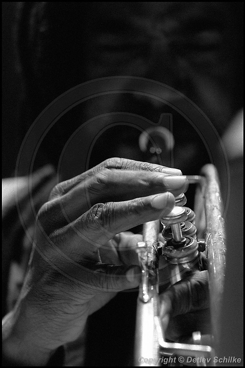 Berlin, DEU, 28.10.1993: Jazz Music , Smith, Wadada Leo, JazzFest, Berlin, Deutschland, 28.10.1993, Musik, music, Instrument, Trumpet, Trompete, Musiker, musician, JazzFest, Jazz, Flute, Floete, Hand, ( Keywords: Musiker ; Musician ; Musik ; Music ; Jazz ; Jazz ; Kultur ; Culture ) ,  [ Photo-copyright: Detlev Schilke, Postfach 350802, 10217 Berlin, Germany, Mobile: +49 170 3110119, photo@detschilke.de, www.detschilke.de - Jegliche Nutzung nur gegen Honorar nach MFM, Urhebernachweis nach Par. 13 UrhG und Belegexemplare. Only editorial use, advertising after agreement! Eventuell notwendige Einholung von Rechten Dritter wird nicht zugesichert, falls nicht anders vermerkt. No Model Release! No Property Release! AGB/TERMS: http://www.detschilke.de/terms.html ]