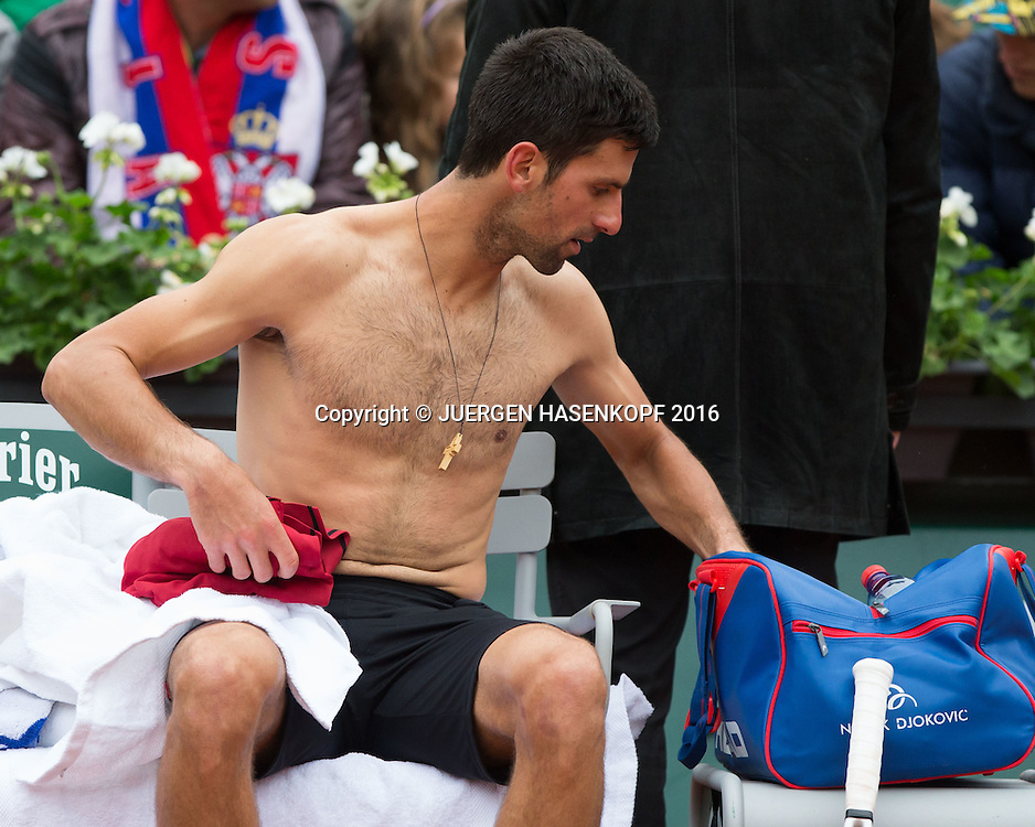 Novak Djokovic (SRB) sitzt auf der Bank mit freiem Oberkoerper, wechselt Hemd, Spielkpause,<br /> <br /> Tennis - French Open 2016 - Grand Slam ITF / ATP / WTA -  Roland Garros - Paris -  - France  - 3 June 2016.