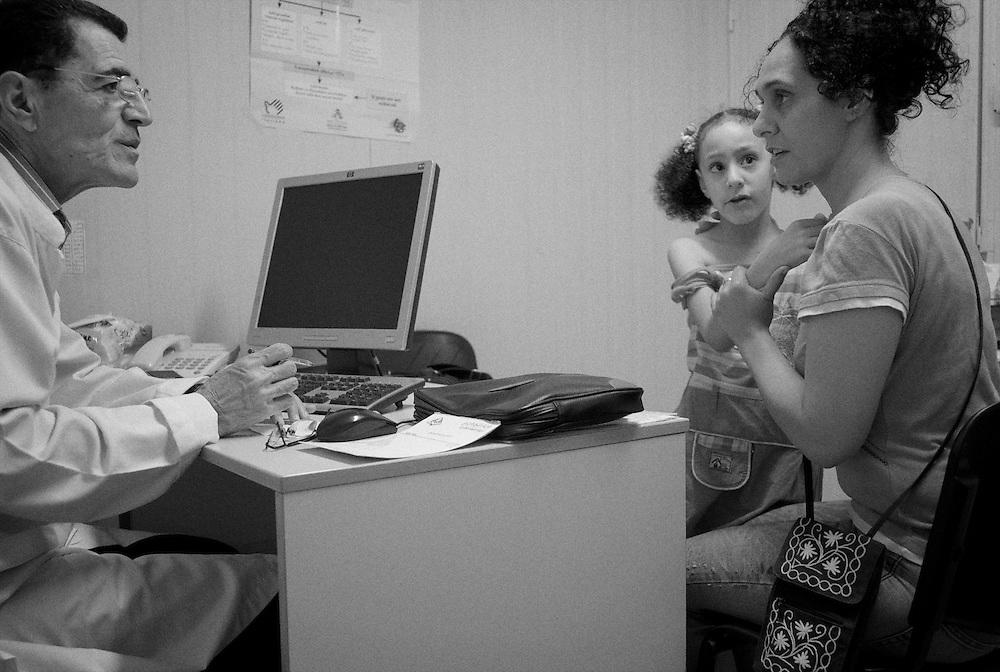 Shatila refugee camp. Mona Hindawi sees small growths on her daughter Hanane's skin. A visit to the Rafiq Hariri clinic's doctor, reassures her: Hanane just has a benign infection, a molluscum contagosium. <br />  <br /> Camp de refugi&eacute;s Chatila. Mona Hindawi d&eacute;couvre de petites excroissances sur la peau de sa fille Hanane. Une consultation chez le m&eacute;decin du dispensaire &quot;Rafiq Hariri&quot;, la rassure: c'est une infection b&eacute;nigne, un molluscum contagiosum.