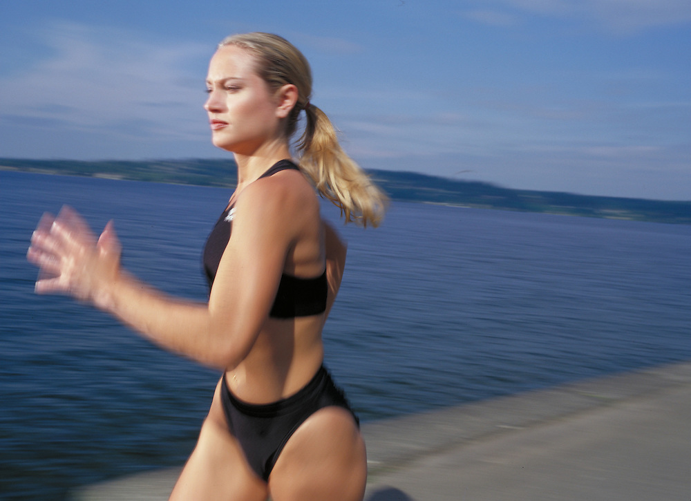San Diego Fitness Photographer: Female athelete runs on Lake Union in Seattle