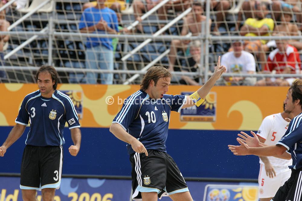 "Footbal-FIFA Beach Soccer World Cup 2006 -  Oficial Games BHR x ARG - Hilaire celebrates twith the ""checken dance- Brazil - 04/11/2006.<br />Mandatory Credit: FIFA/Ricardo Ayres"