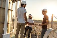 """ABU DHABI, EMIRATS ARABES UNIS - 19 JANVIER 2016: Une équipe internationale composée du français Dr. Benjamin Grange (gauche), et des espagnols Dr. Antoni Gil (centre), Victor Perez (droite) travaillent pendant 3 ans (Juin 2014-17) sur le projet """"Concentrated Solar Power on Demand Demonstration' au sein du Masdar Institute."""