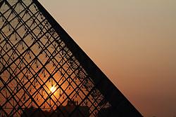 29.04.2011, Paris, Frankreich, FRA, Feature, Pariser Impression, im Bild Sonnenuntergang an der  Louvre Pyramide  , EXPA Pictures © 2011, PhotoCredit: EXPA/ nph/  Straubmeier       ****** out of GER / SWE / CRO  / BEL ******