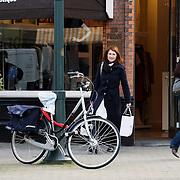NLD/Amsterdam/20080416 - Carice van Houten aan het shoppen voor kleding in Amsterdam