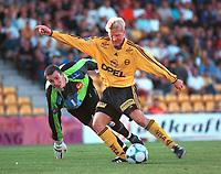 Runar Kristinsson, Lillestrøm. Keeper Thomas Tøllefsen, Tromsø. Lillestrøm - Tromsø 6-0. Tippeligaen 2000. 13. august 2000. (Foto: Peter Tubaas/Fortuna Media)