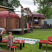 Het populaire culturele rondreizende theaterfestival De Parade bouwt bij het Maarten Luther Kingpark te Amsterdam Zuid een geheel zelfvoorzienend dorp op. Vrijdag 10 augustus klinkt het startsein en op 26 augustus wordt het feestelijk afgesloten.