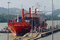 Vista de las esclusas de Miraflores, punto de ingreso y salida de las embarcaciones en el  lado del océano Pacifico del Canal de Panamá. Desde este Centro de Visitantes se puede observar como los barcos se elevan a 16 metros del nivel del mar, realizándolo en 2 procesos, que duran alrededor de 30 minutos..Foto: Ramon Lepage / Istmophoto.