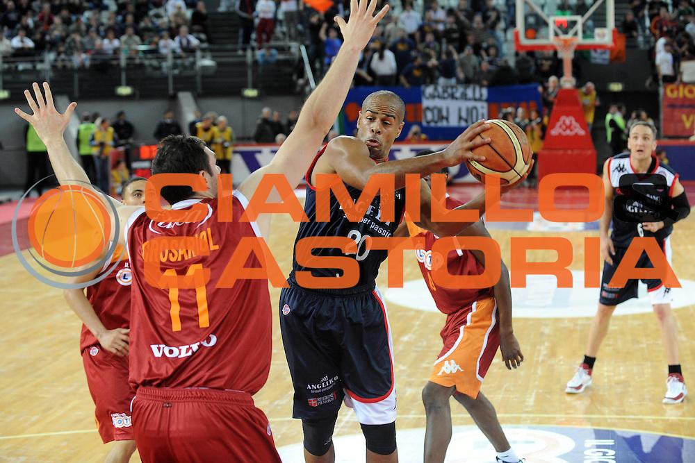 DESCRIZIONE : Roma Lega A 2009-10 Basket Lottomatica Virtus Roma Angelico Biella<br /> GIOCATORE : Joe Smith<br /> SQUADRA : Angelico Biella<br /> EVENTO : Campionato Lega A 2009-2010<br /> GARA : Lottomatica Virtus Roma Angelico Biella<br /> DATA : 08/11/2009<br /> CATEGORIA : passaggio<br /> SPORT : Pallacanestro<br /> AUTORE : Agenzia Ciamillo-Castoria/G.Ciamillo<br /> Galleria : Lega Basket A 2009-2010 <br /> Fotonotizia : Roma Campionato Italiano Lega A 2009-2010 Lottomatica Virtus Roma Angelico Biella<br /> Predefinita :