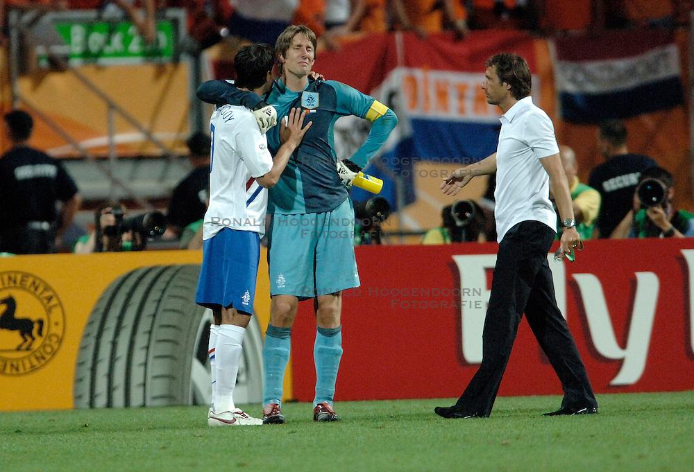 25-06-2006 VOETBAL: FIFA WORLD CUP: NEDERLAND - PORTUGAL: NURNBERG<br /> Oranje verliest in een beladen duel met 1-0 van Portugal en is uitgeschakeld / VAN NISTELROOIJ Ruud, VAN DER SAR Edwin en John van 't Schip<br /> ©2006-WWW.FOTOHOOGENDOORN.NL