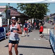 Triathlon 1999, een van de deelnemers aan de finish