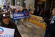 New York  Manhattan Times Square Barack Obama Rally (vorbei an Theater welches das von Oprah Winfrey unterstuetzte Musical 'Color Purple' aufgefuehrt wird)..Fotos © Stefan Falke. Clinton / Obama Kandidatenwahl der Demokraten in den USA.New York Primary 2008