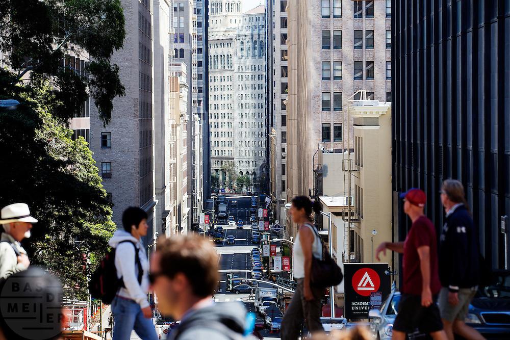 De Financial District in San Francisco waar veel hoofdkantoren van banken en grote ondernemingen zijn gevestigd. De Amerikaanse stad San Francisco aan de westkust is een van de grootste steden in Amerika en kenmerkt zich door de steile heuvels in de stad.<br /> <br /> The Financial District of San Francisco where headquarters of banks and financial companies are located. The US city of San Francisco on the west coast is one of the largest cities in America and is characterized by the steep hills in the city.
