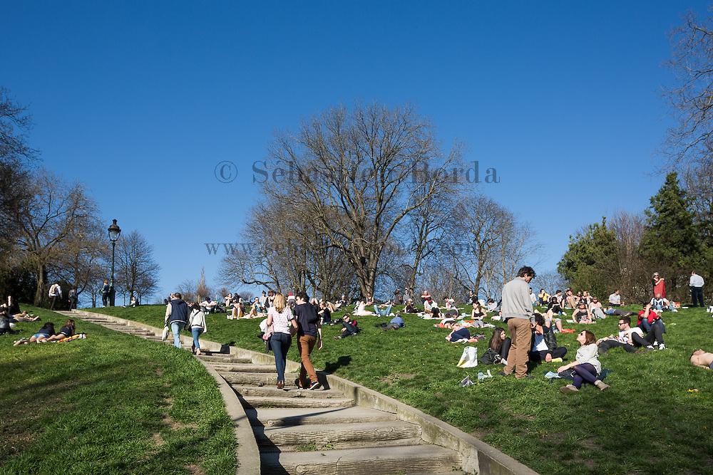 Parisiens dans le parc des Buttes Chaumont // Parisians in Parc des Buttes Chaumont