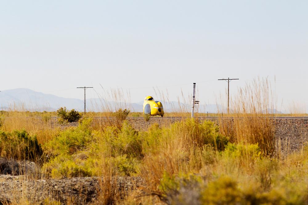Greg Thomas in de Intercitybike DF tijdens de vijfde racedag. In Battle Mountain (Nevada) wordt ieder jaar de World Human Powered Speed Challenge gehouden. Tijdens deze wedstrijd wordt geprobeerd zo hard mogelijk te fietsen op pure menskracht. Het huidige record staat sinds 2015 op naam van de Canadees Todd Reichert die 139,45 km/h reed. De deelnemers bestaan zowel uit teams van universiteiten als uit hobbyisten. Met de gestroomlijnde fietsen willen ze laten zien wat mogelijk is met menskracht. De speciale ligfietsen kunnen gezien worden als de Formule 1 van het fietsen. De kennis die wordt opgedaan wordt ook gebruikt om duurzaam vervoer verder te ontwikkelen.<br /> <br /> In Battle Mountain (Nevada) each year the World Human Powered Speed Challenge is held. During this race they try to ride on pure manpower as hard as possible. Since 2015 the Canadian Todd Reichert is record holder with a speed of 136,45 km/h. The participants consist of both teams from universities and from hobbyists. With the sleek bikes they want to show what is possible with human power. The special recumbent bicycles can be seen as the Formula 1 of the bicycle. The knowledge gained is also used to develop sustainable transport.