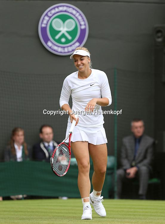 Wimbledon Championships 2014, AELTC,London,<br /> ITF Grand Slam Tennis Tournament,<br /> Sabine Lisicki (GER) amusiert sich auf dem Platz,lacht,<br /> Einzelbild,Ganzkoerper,Hochformat