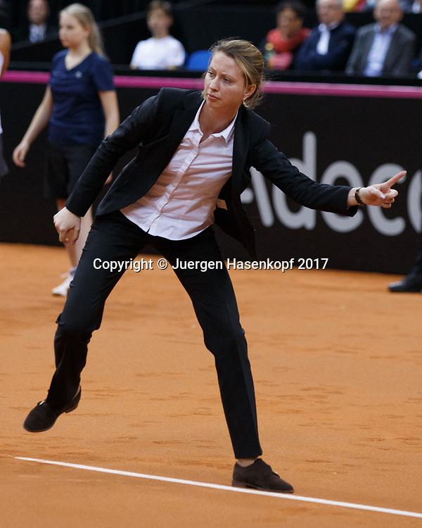 GER-UKR, Deutschland - Ukraine, <br /> Porsche Arena, Stuttgart, internationales ITF  Damen Tennis Turnier, Mannschafts Wettbewerb,<br /> Schiedsrichterin Anastasia Kosheleva (RUS) steht an der Grundlinie und gibt den Ball aus,