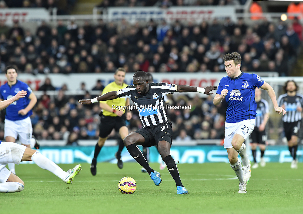 28.12.2014. Newcastle, England. Premier League. Newcastle versus Everton. Moussa Sissoko of Newcastle United under pressure from Seamus Coleman of Everton