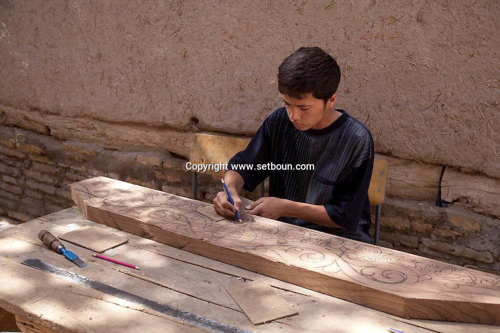 wood carving artisan in the old city  KHIVA  Ouzbekistan  .///.travail du bois. artisan . dans la vielle ville  KHIVA  Ouzbekistan .///.OUZB56317