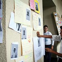 """Toluca, Mex.- De nueva cuenta, más de mil alumnos de la preparatoria No.55 de Chicoloapan, regresaron a la capital mexiquense a pedir a las autoridades de educación, les sea reconocida oficialmente su institución. Los estudiantes pegaron copias de sus fotografías para demostrar su """"existencia"""". Agencia MVT / Luis Enrique Hernandez V. (DIGITAL)<br /> <br /> <br /> <br /> NO ARCHIVAR - NO ARCHIVE"""