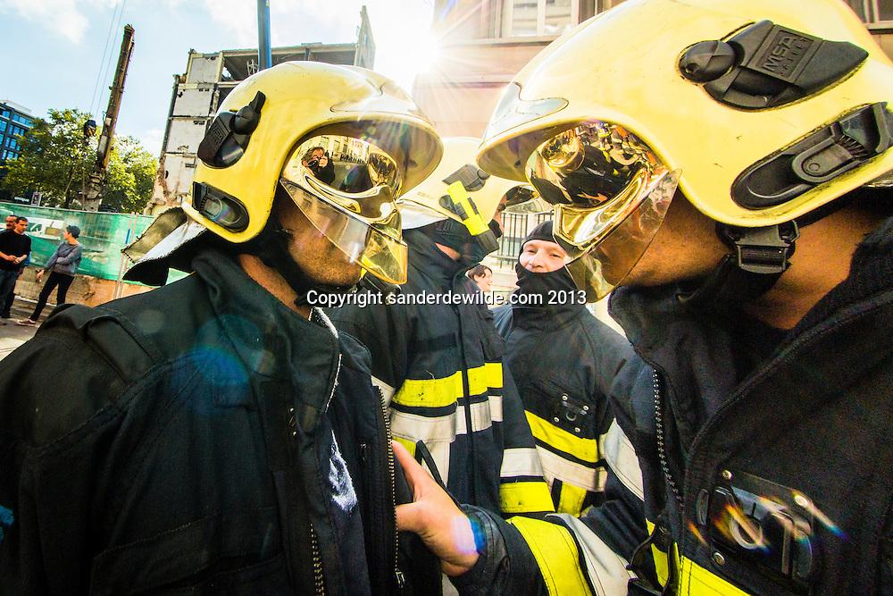 Verschillende brandweerkorpsen voeren actie tegen bezuinigingen in het centrum van Brussel bij de ambstwoning in de Wetstraat van de minister president.Brandweermannen overleggen