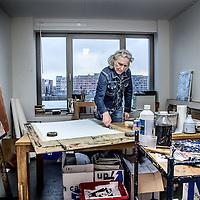 """Nederland, Amsterdam, 4 januari 2017.<br />Joep Königs woont in het gloednieuwe Ramses Shaffy Huis, dat oude kunstenaars een woning biedt en een half jaar geleden werd geopend. """"Ik wil in de krant niet in detail treden over wat ik mankeer – daar ben ik te trots voor"""", legt Königs zijn verhuizing uit. """"Laten we eerlijk zijn: we worden allemaal ouder. De kunst is dan een vorm te vinden waarin we tóch kunnen blijven wie we zijn: kunstenaars.""""<br />VOORKEURFOTO!<br /><br /><br />Foto: Jean-Pierre Jans"""