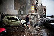 ATRANI. UN PADRE TIENE PER MANO SUO FIGLIO IN UNA DELLE STRADE INFANGATE DEL COMUNE DI ATRANI DEVASTATO DALL'ESONDAZIONE DEL FIUME DRAGONE A CAUSA DELLE FORTI PIOGGE;