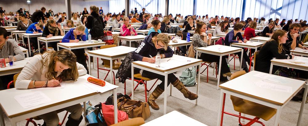 Studenten tijdens tentamens in de Alleta Jacobshal, tentamenhal van de RuG