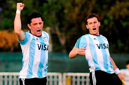 Pedro Ibarra festeja su segundo gol junto a Lucas Vila