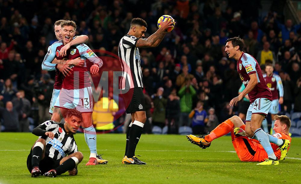 Jeff Hendrick of Burnley celebrates scoring a goal to make it 1-0 while Newcastle United players cuts dejected figures - Mandatory by-line: Robbie Stephenson/JMP - 30/10/2017 - FOOTBALL - Turf Moor - Burnley, England - Burnley v Newcastle United - Premier League