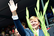 Koning Willem-Alexander deelt gladiolen uit vanaf de tribune op de Via Gladiola tijdens de slotdag van de Nijmeegse Vierdaagse.<br /> <br /> King Willem-Alexander shares gladiolus out from the stands on the Via Gladiola during the final day of the Nijmegen Marches.<br /> <br /> Op de foto / On the photo:  Koning Willem Alexander deelt Gladiolen uit / King William Alexander gives off Gladiolus
