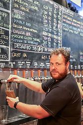 Na foto Rafael Diefenthaler, sócio-proprietário da 4 Beer Cerveja & Cultura. Foto: Marcos Nagelstein/ Agência Preview