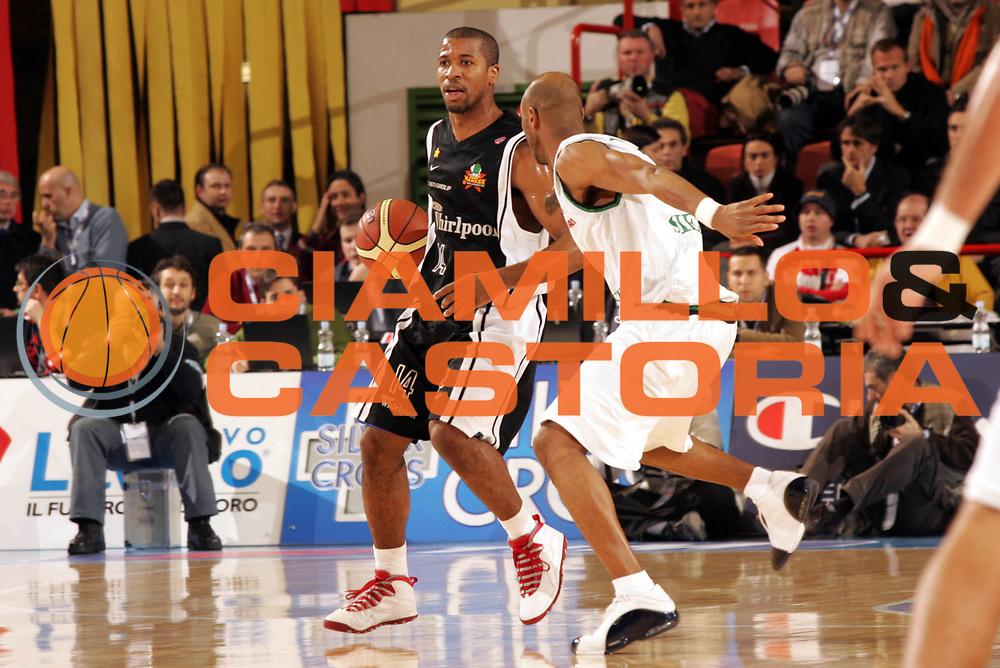 DESCRIZIONE : Forli Lega A1 2005-06 Copps Italia Final Eight Tim Cup Montepaschi Siena Whirlpool Varese<br />GIOCATORE : Collins<br />SQUADRA : Whilpool Varese<br />EVENTO : Campionato Lega A1 2005-2006 Coppa Italia Final Eight Tim Cup Quarti Finale<br />GARA : Montepaschi Siena Whirlpool Varese<br />DATA : 16/02/2006<br />CATEGORIA : Palleggio<br />SPORT : Pallacanestro<br />AUTORE : Agenzia Ciamillo-Castoria/Paolo Lazzeroni