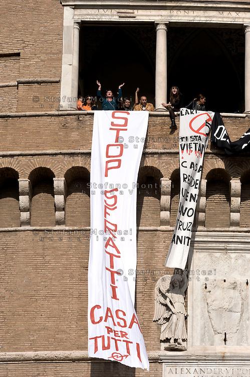Roma, 15 Novembre  2015<br /> I movimenti di lotta per la casa, occupano per alcune ore Castel Sant Angelo: <br />  No al Giubileo dei Divieti e della Guerra ai Poveri!. Stop sfratti e art.5 e dignit&agrave; per i poveri in vista del Giubileo.<br /> Rome, November 15, 2015<br /> The movements for the right to housing, occupy for a few hours Castel Sant'Angelo to ask:&nbsp;No to the Jubilee of the Prohibitions and the War on the Poor !. stop evictions and art.5, dignity for the poor in view of the Jubilee.