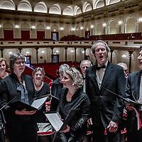Nederland, Amsterdam, 9 april 2017.<br />In drie bussen reizen 160 Limburgse (amateur)koorleden mee met een bijzondere uitvoering van de Matth&auml;us Passion in het Concertgebouw waar ze in de grote zaal met in totaal 500 mensen het beroemde werk uitvoeren. Een kijkje achter de schermen.<br />Op de foto: De Limburgse delegatie oefent nog heel even voor aanvang van het concert in de Grote Zaal van het concertgebouw.<br /><br /><br />Foto: Jean-Pierre Jans