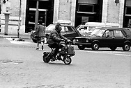 Roma   1985  .Un uomo su un ciclomotore pieghevoli Di Blasi  .Rome 1985  .A man on a moped flexible Di Blasi .A man on a mini-motorbike