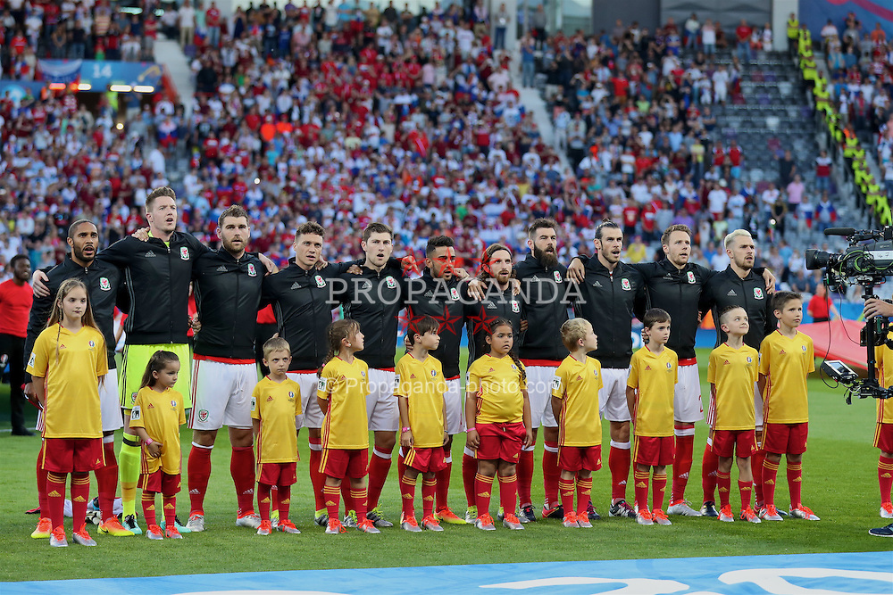 TOULOUSE, FRANCE - Monday, June 20, 2016: Wales players sing the national anthem before the final Group B UEFA Euro 2016 Championship match against Russia at Stadium de Toulouse. captain Ashley Williams, goalkeeper Wayne Hennessey, Sam Vokes, James Chester, Ben Davies, Neil Taylor, Joe Allen, Gareth Bale, Chris Gunter, Aaron Ramsey. (Pic by David Rawcliffe/Propaganda)