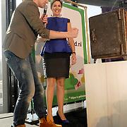 NLD/Hilversum/20140310 - Konining Maxima opent Week van het Geld 2014, met Klaas van Kruistum