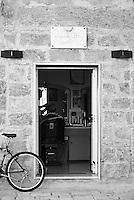 Mesagne, centro storico. Barbiere in Piazza IV Novembre