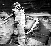 20171019/ Javier Calvelo/ URUGUAY/ MONTEVIDEO/ Un pentimento es una alteraci&oacute;n en un cuadro que manifiesta el cambio de idea del artista sobre aquello que estaba pintando. Se tratar&iacute;a de un t&eacute;rmino sin&oacute;nimo de arrepentimiento. Este trabajo documental hecho en las calles de las ciudades se basa en esa idea pero este arrepentimiento estaria dado por epaso del tiempo y la construccion de ese muro de afiches y pintadas que nunca acaba las diferentes capas se acumulan y van cambiando momento a momento. <br /> En la foto:  Proyecto Pentimento. Foto: Javier Calvelo