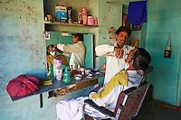 Inde, Rajasthan, village de Ghanerao, barbier du village  // India, Rajasthan, Ghanerao village, barber