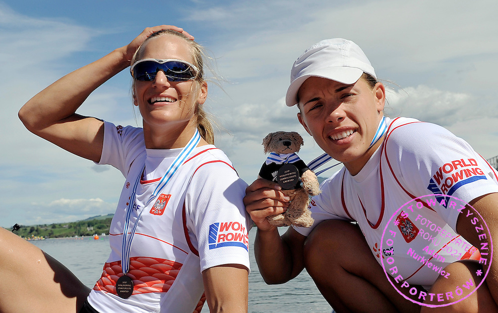 (L) JULIA MICHALSKA & (R) MAGDALENA FULARCZYK (BOTH POLAND) AND ZENEK BETWEEN THEM POSE WITH THEIR BRONZE MEDALS AFTER WOMEN'S DOUBLE SCULLS FINAL A DURING REGATTA WORLD ROWING CHAMPIONSHIPS ON KARAPIRO LAKE IN NEW ZEALAND...NEW ZEALAND , KARAPIRO , NOVEMBER 07, 2010..( PHOTO BY ADAM NURKIEWICZ / MEDIASPORT )..PICTURE ALSO AVAIBLE IN RAW OR TIFF FORMAT ON SPECIAL REQUEST.
