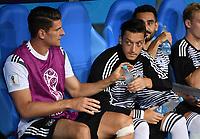 FUSSBALL WM 2018  Vorrunde  Gruppe F   ----- Deutschland - Schweden       23.06.2018 Mario Gomez (li) und Mesut Oezil (re, beide Deutschland) sitzen zu Beginn des Spiels nur auf der Ersatzbank